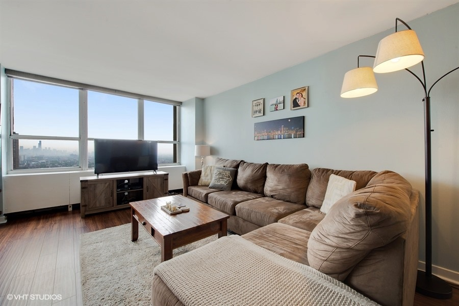 03-655-irving-park-unit3615-living-room