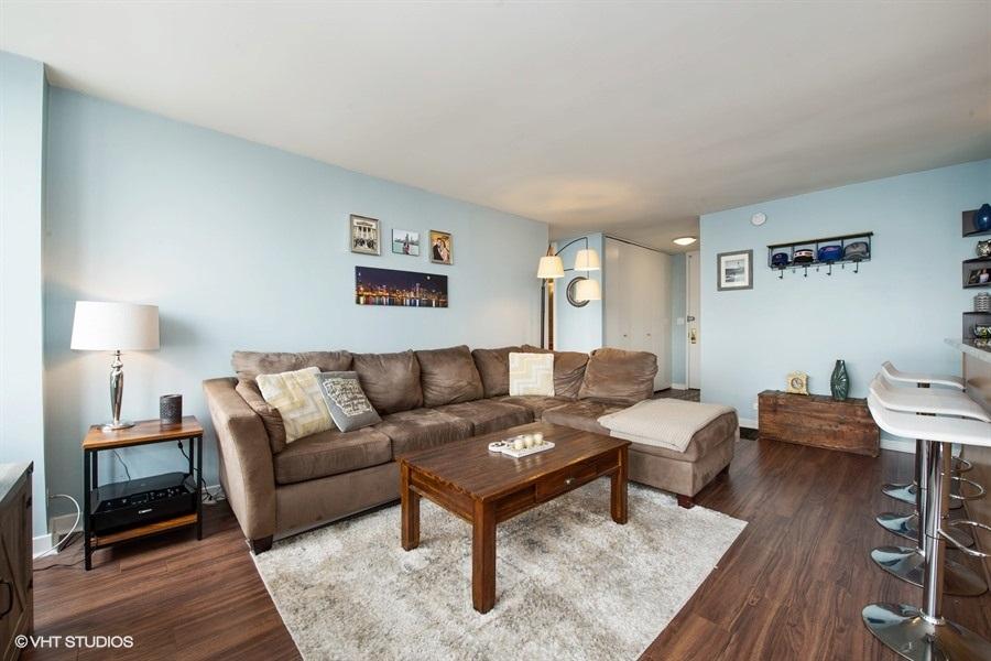 04-655-irving-park-unit3615-living-room