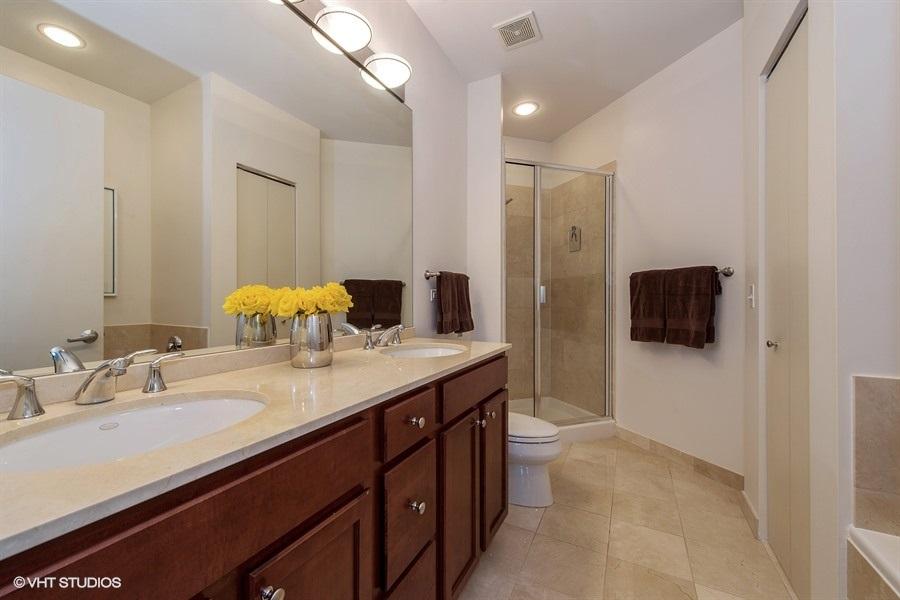 09-859-erie-unit301-master-bathroom
