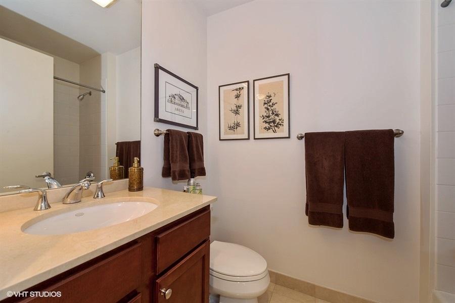 11-859-erie-unit301-bathroom