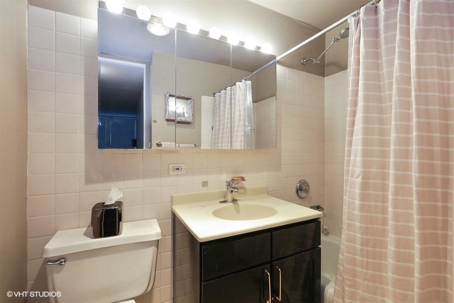 10-655-irving-park-unit1917-bathroom
