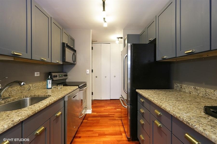 05-655-irving-park-unit1917-kitchen