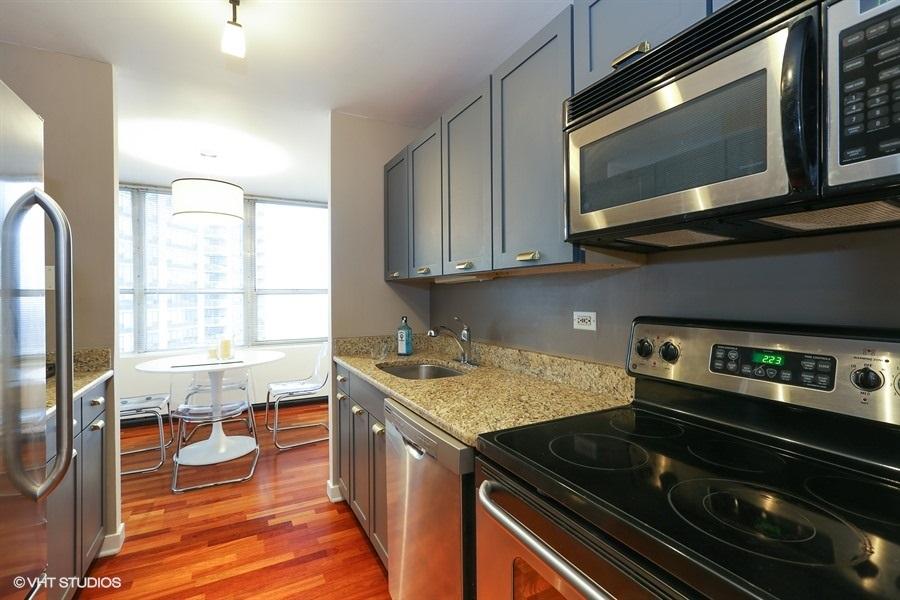 04-655-irving-park-unit1917-kitchen
