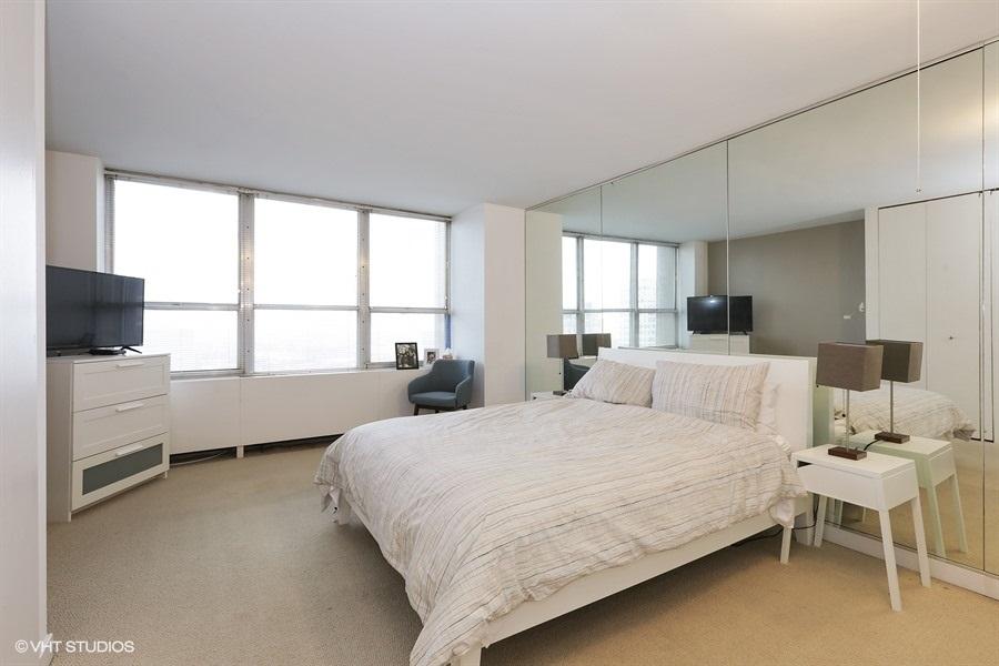 09-655-irving-park-unit1917-bed-room