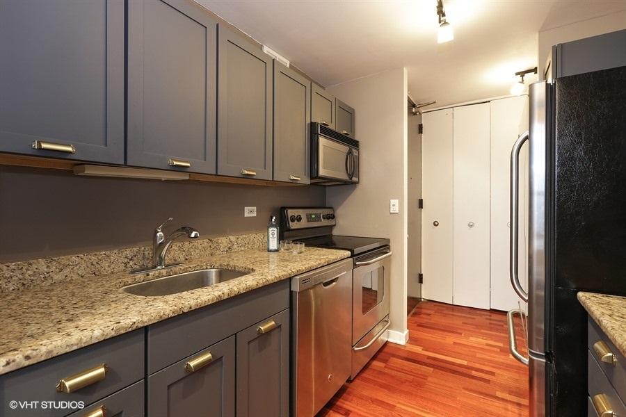 06-655-irving-park-unit1917-kitchen