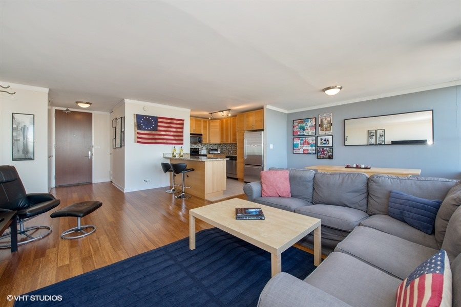 02-655-irving-park-unit5504-living-room