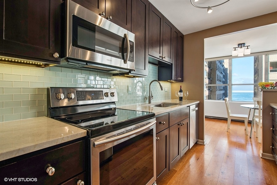 03-655-irving-park-unit1401-kitchen