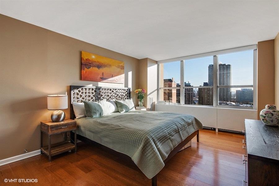 07-655-irving-park-unit1401-master-bedroom