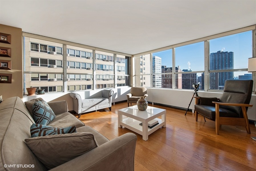 01-655-irving-park-unit1401-living-room