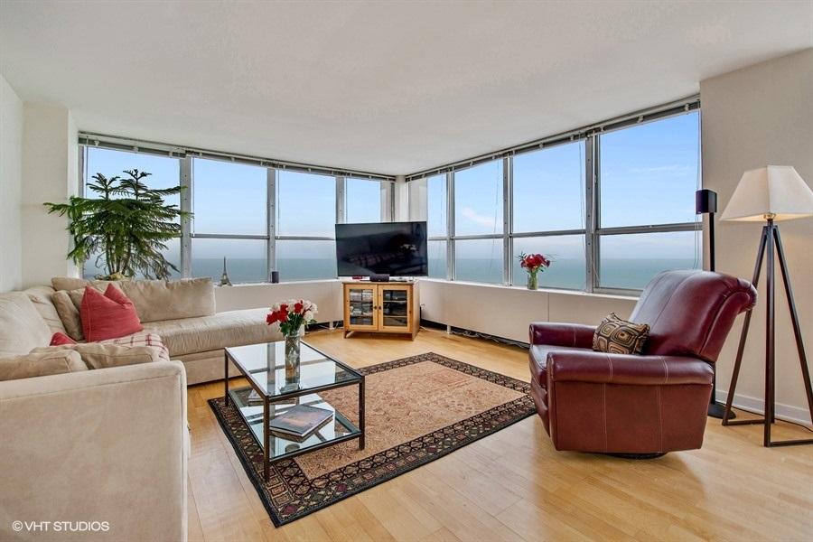 01-655-irving-park-unit5002-living-room