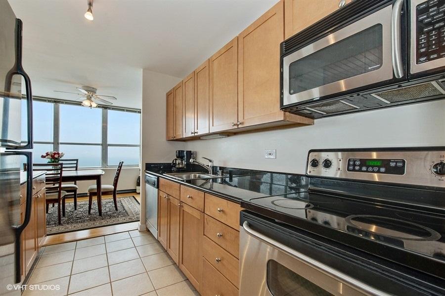 02-655-irving-park-unit5002-kitchen