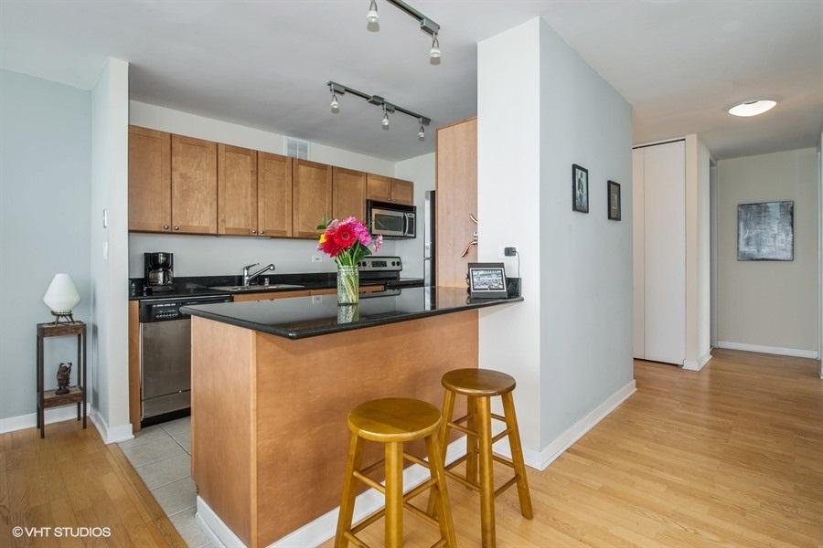 03-655-irving-park-unit5002-kitchen