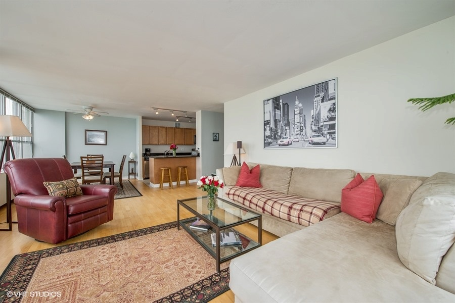 04-655-irving-park-unit5002-living-room