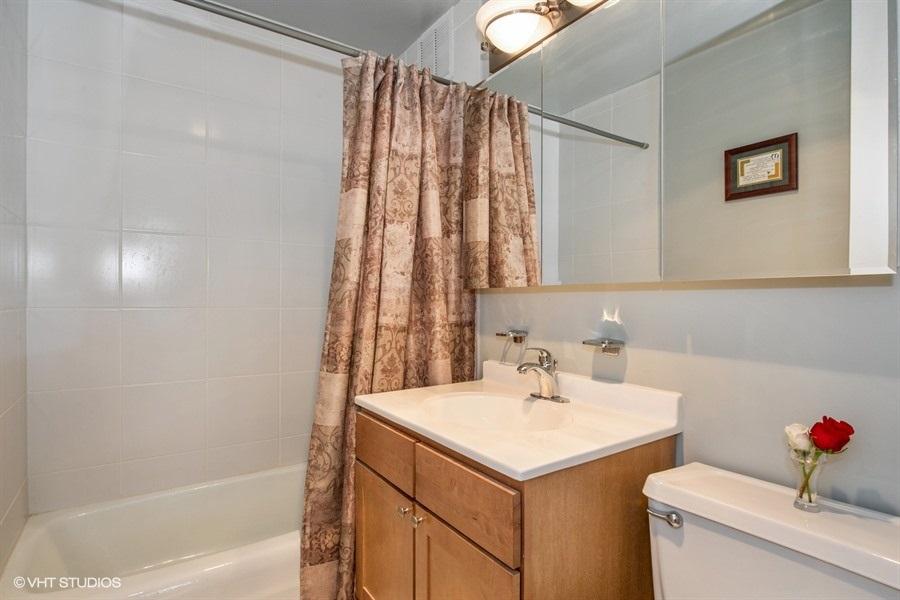 07-655-irving-park-unit5002-bathroom