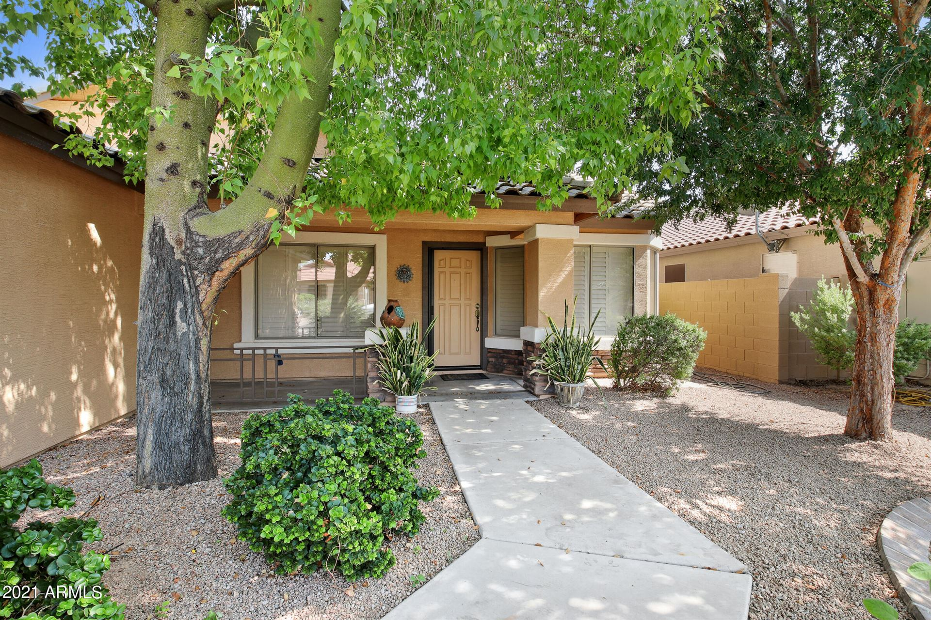 Photo of 209 E CLAIRIDGE Drive, San Tan Valley, AZ 85143 (MLS # 6295361)