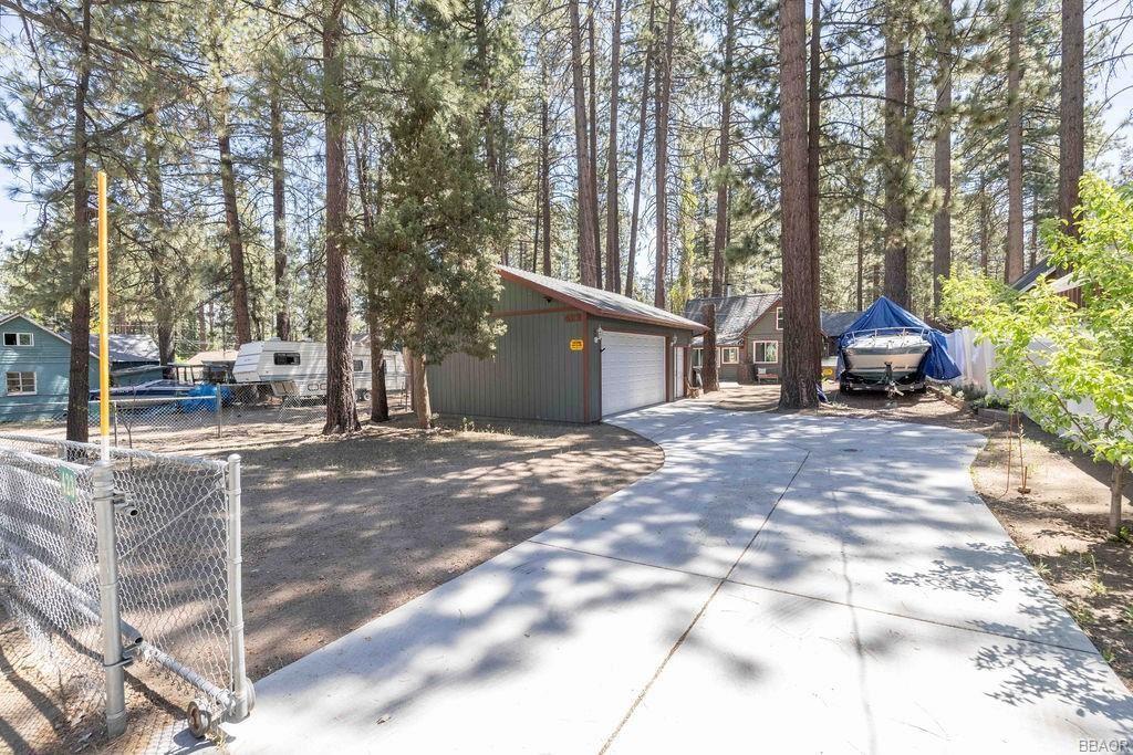 Photo of 423 Jeffries Road, Big Bear Lake, CA 92315 (MLS # 32104213)