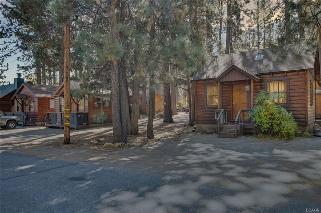 Photo of 42837 Willow Avenue, Big Bear Lake, CA 92315 (MLS # 32005247)