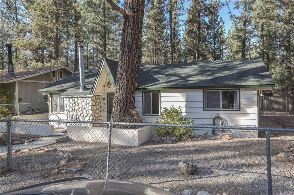 Photo of 909 E Fairway Boulevard, Big Bear City, CA 92314 (MLS # 32005261)