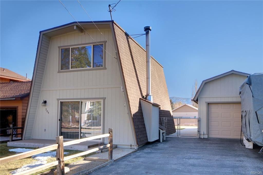 Photo of 204 E Cinderella Drive, Big Bear City, CA 92314 (MLS # 32006490)