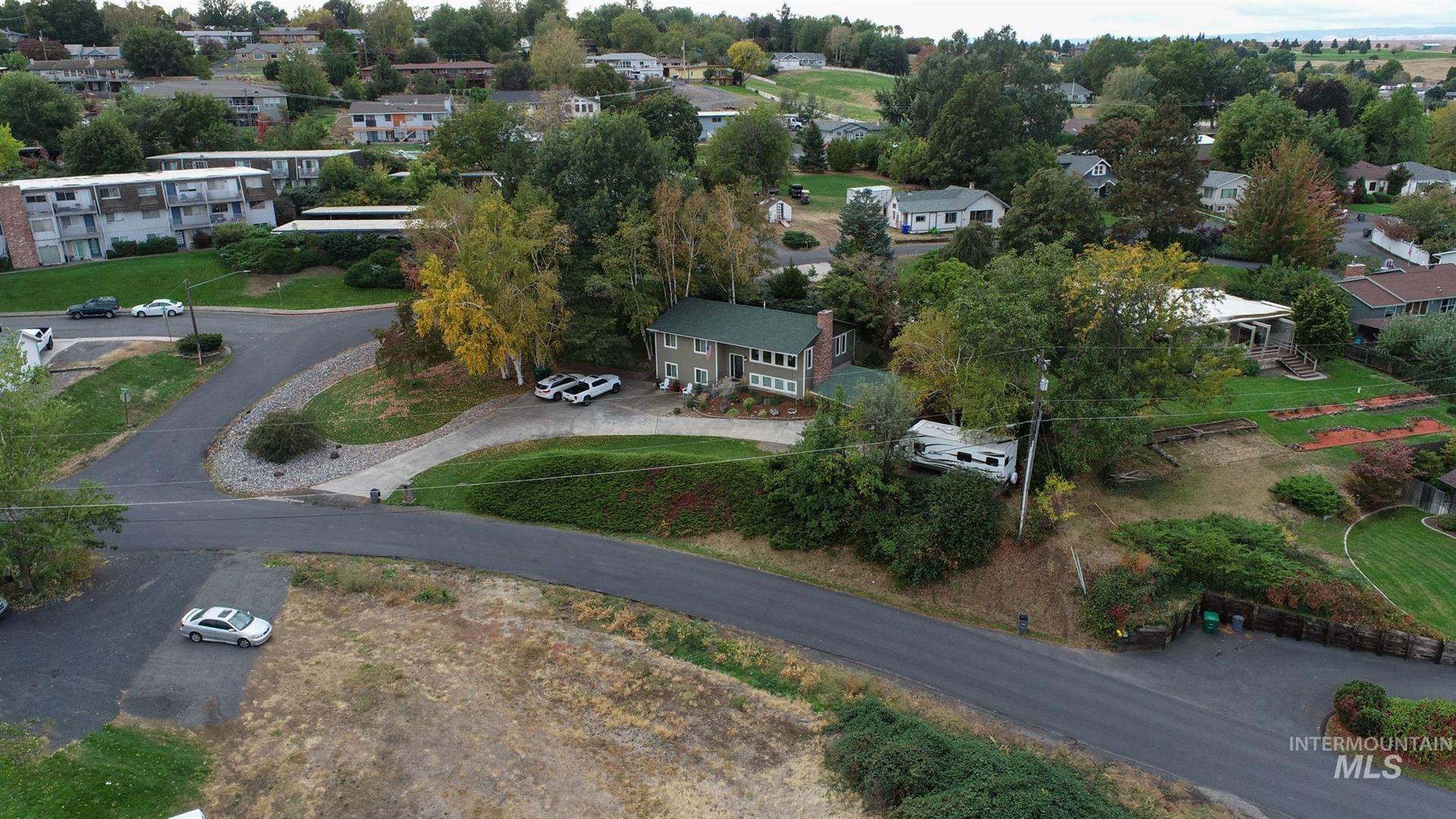 Photo of 1302 Vineyard Drive, Lewiston, ID 83501-6328 (MLS # 98784610)