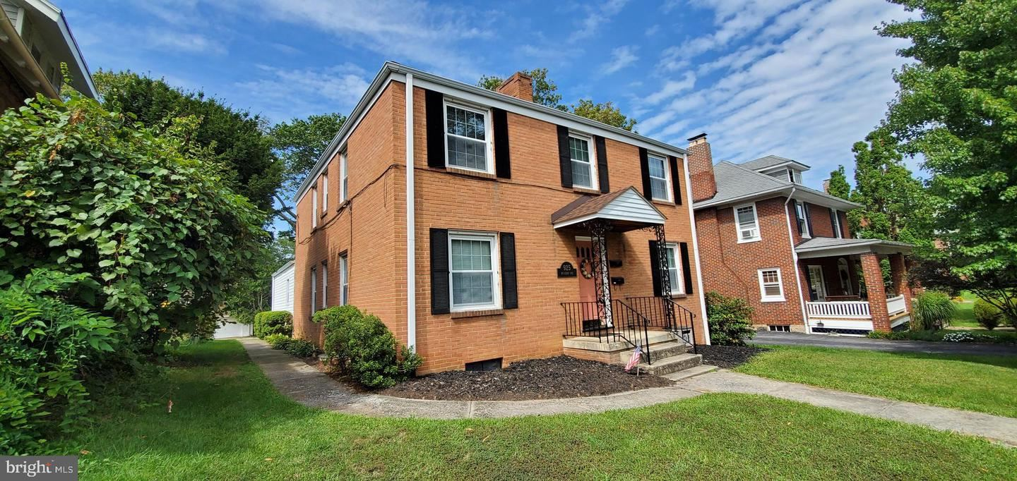 Photo of 925 MULBERRY AVE, HAGERSTOWN, MD 21742 (MLS # MDWA174572)