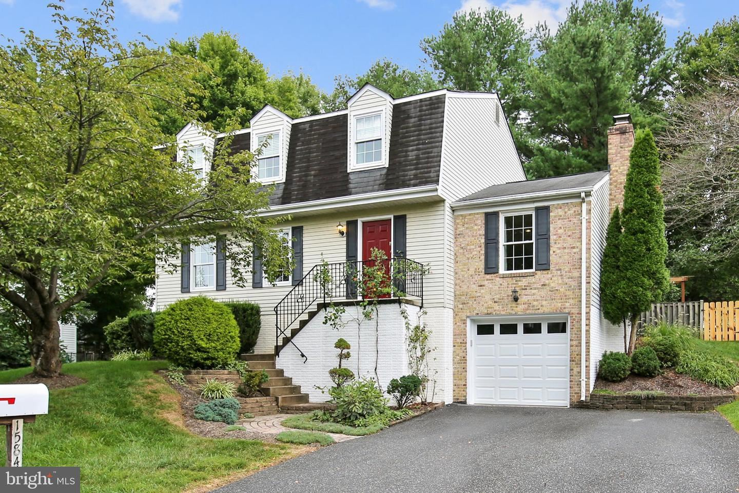 Photo of 15840 BUENA VISTA DR, DERWOOD, MD 20855 (MLS # MDMC724826)