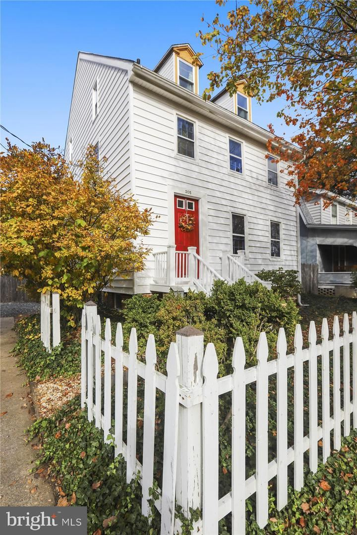 Photo of 305 N COMMERCE ST, CENTREVILLE, MD 21617 (MLS # MDQA143878)
