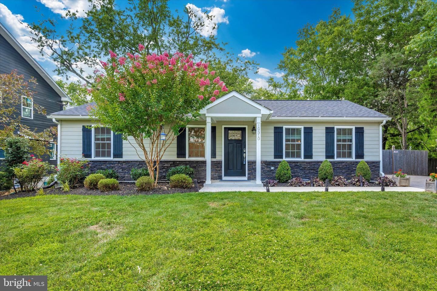 Photo of 19510 FISHER AVE, POOLESVILLE, MD 20837 (MLS # MDMC2005946)