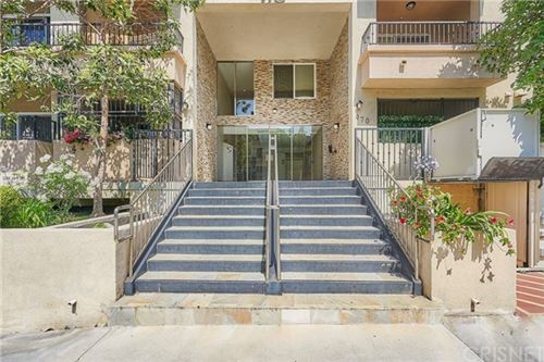 Photo of 970 S St Andrews Place #303, Los Angeles, CA 90019 (MLS # SR21065147)