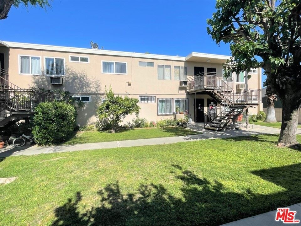 Photo for 7133 N Coldwater Canyon Avenue #8, North Hollywood, CA 91605 (MLS # 21690352)
