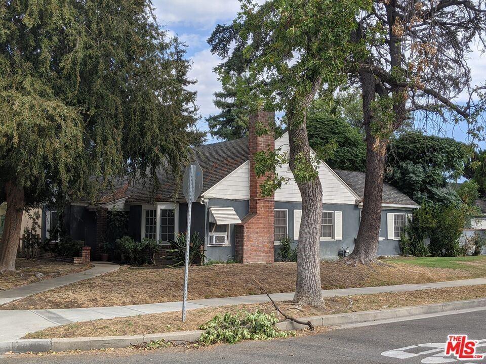Photo of 1418 W Oak Street, Burbank, CA 91506 (MLS # 21794414)
