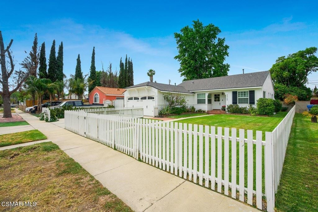 Photo of 15707 Blackhawk Street, Granada Hills, CA 91344 (MLS # 221003835)
