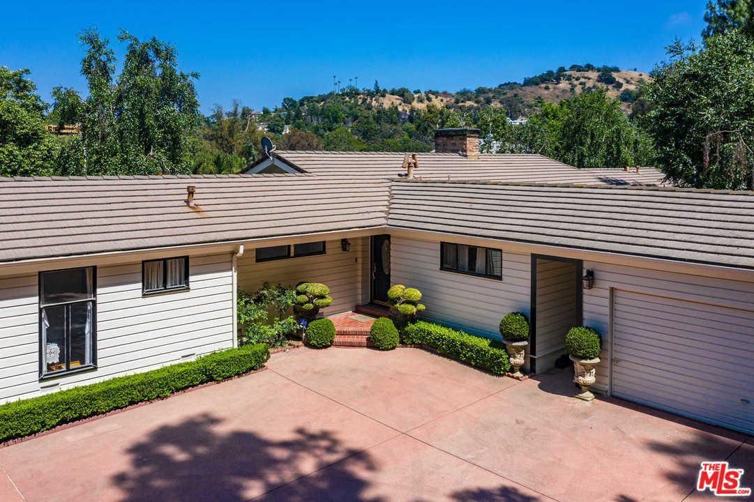 Photo of 3915 ALOMAR Drive, Sherman Oaks, CA 91423 (MLS # 20543180)