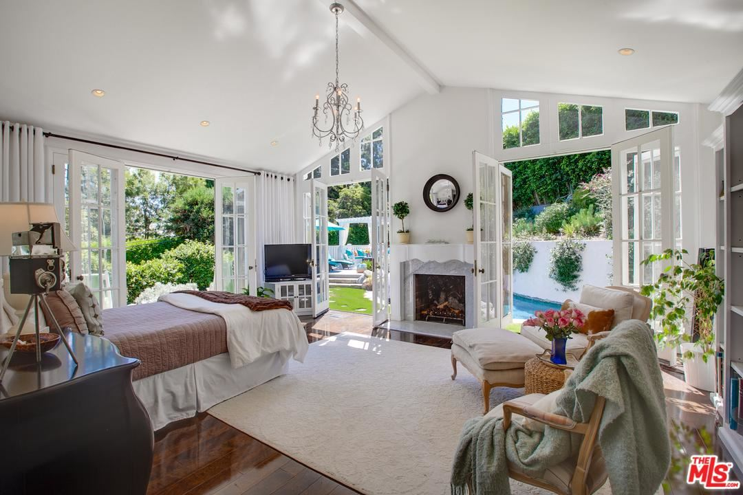 Photo of 3131 TORREYSON Place, Los Angeles , CA 90046 (MLS # 19517250)