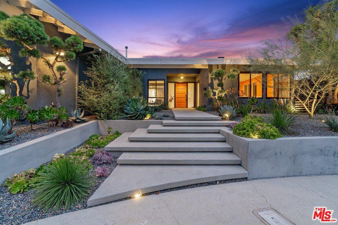 Photo of 3001 DONA NENITA Place, Studio City, CA 91604 (MLS # 20547402)