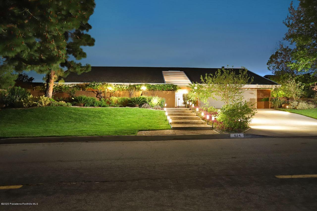 Photo of 624 STARLIGHT CREST Drive, La Canada Flintridge, CA 91011 (MLS # 820000754)