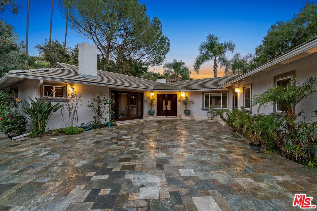 Photo of 3801 HAYVENHURST Avenue, Encino, CA 91436 (MLS # 20552946)