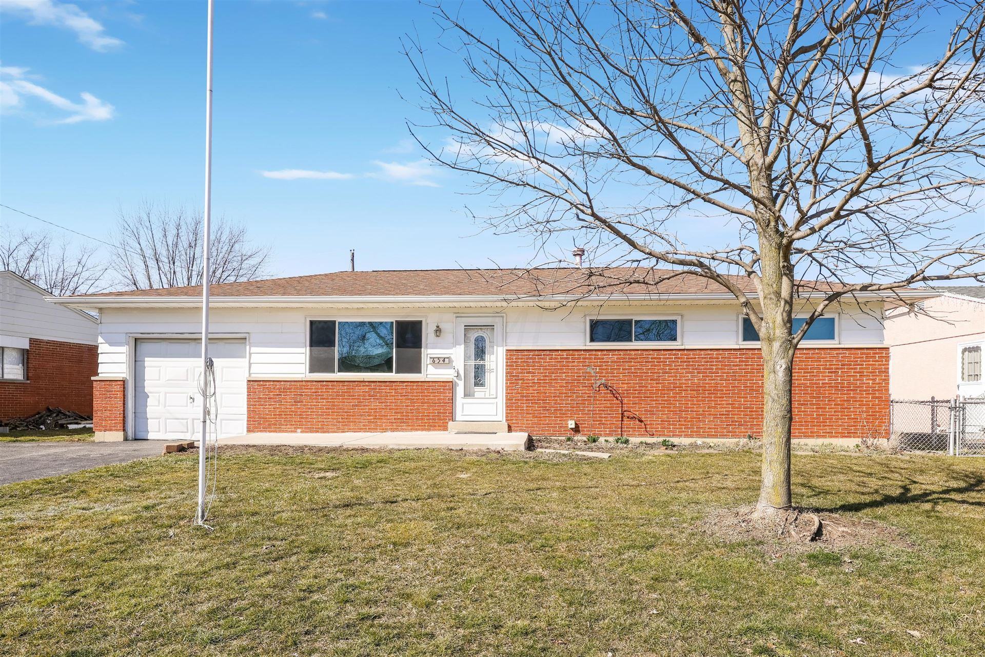 Photo for 654 Hillsdale Drive, West Jefferson, OH 43162 (MLS # 221006349)