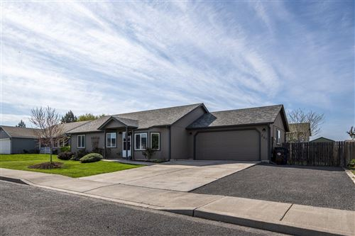 Photo of 852 NW Spruce Place, Redmond, OR 97756 (MLS # 220122160)