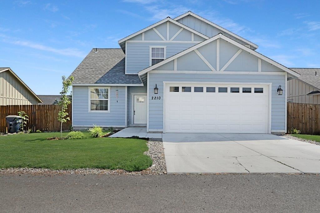 Photo of 2210 NE 6th Street, Redmond, OR 97756 (MLS # 220106181)