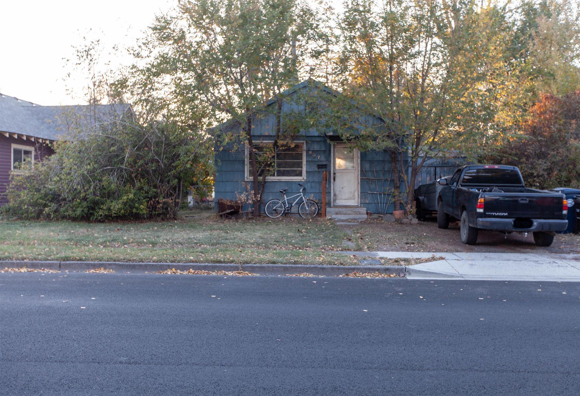 Photo of 237 SW 9th Street, Redmond, OR 97756 (MLS # 220111626)
