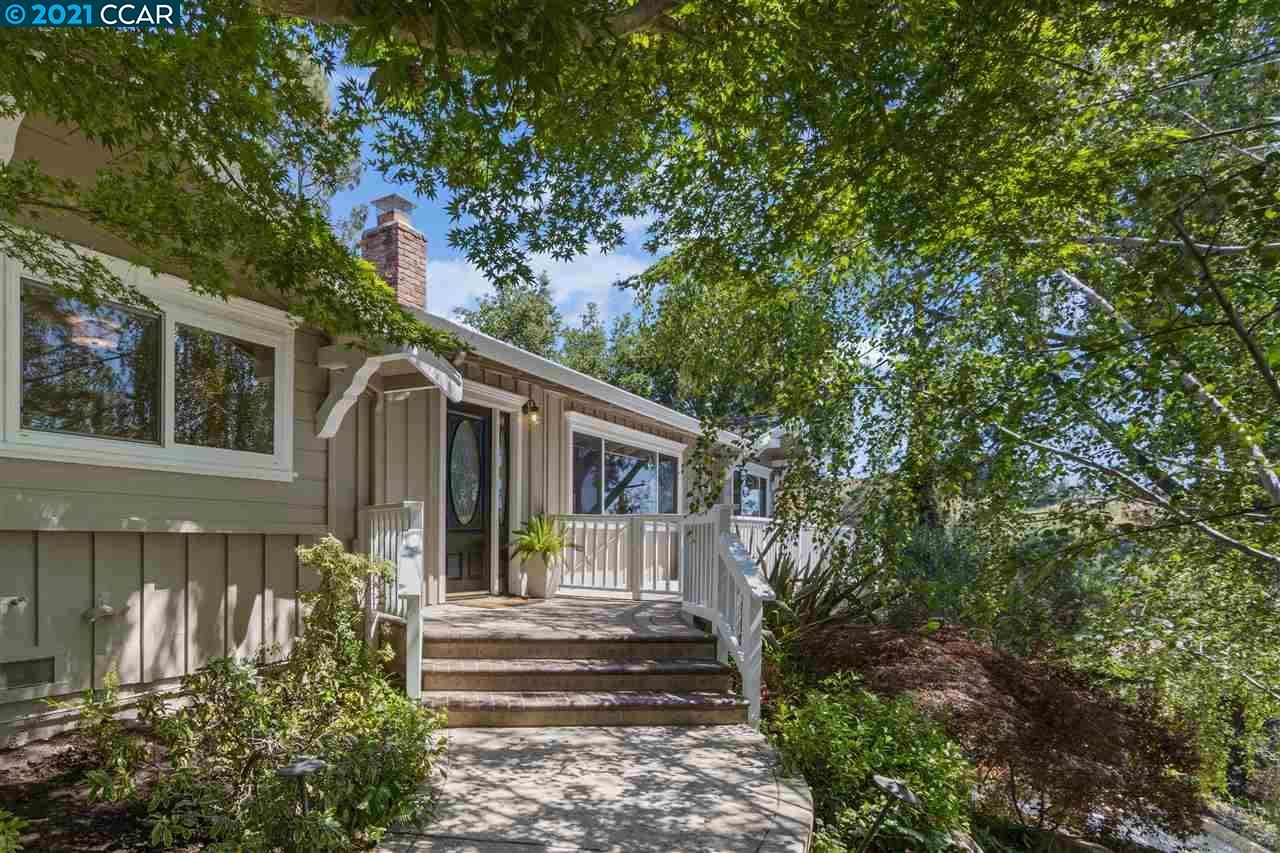 Photo of 3 Totterdell Ct, ORINDA, CA 94563 (MLS # 40949034)
