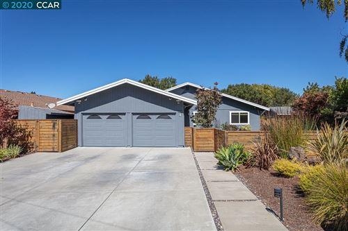 Photo of 4 Candlestick Rd, ORINDA, CA 94563 (MLS # 40921757)