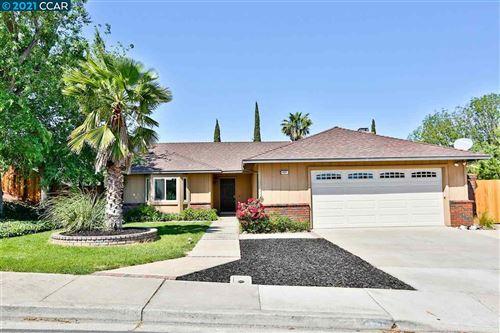 Photo of 4001 Woodhill Drive, OAKLEY, CA 94561 (MLS # 40948927)