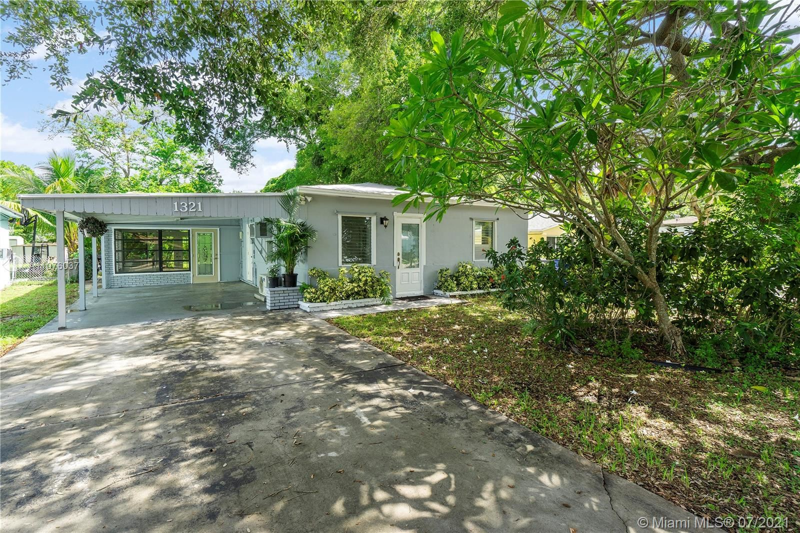 Photo of 1321 SW 31st St, Fort Lauderdale, FL 33315 (MLS # A11076037)