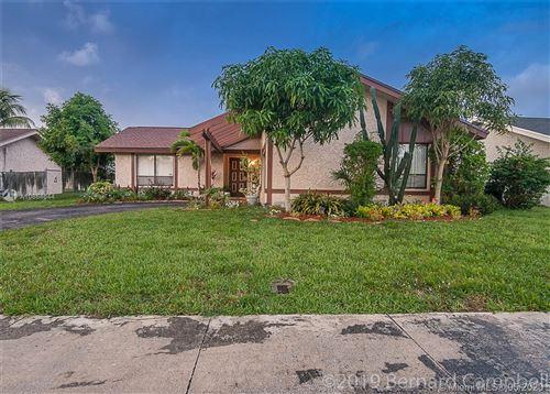 Foto de inmueble con direccion 8211 SW 13th Ct North Lauderdale FL 33068 con MLS A10864044