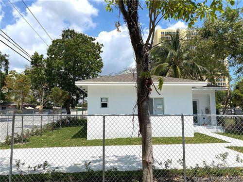 Foto de 2292 NW 52nd St, Miami, FL 33142 (MLS # A10818157)