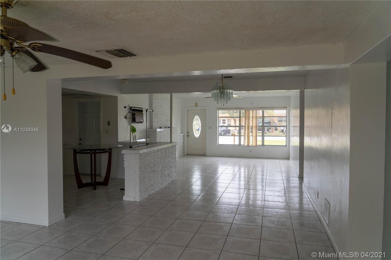Photo of 521 W Evanston Cir, Fort Lauderdale, FL 33312 (MLS # A11034345)