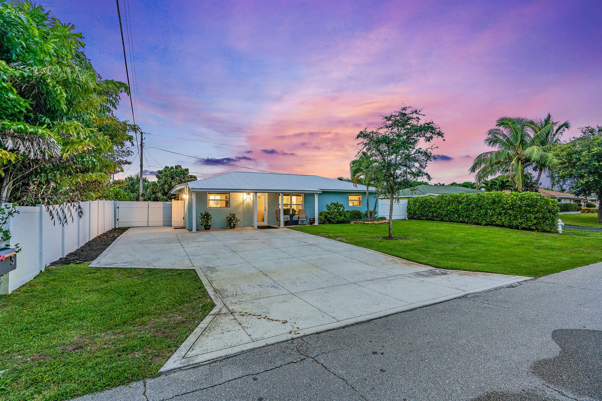 Photo of 5 Windsor Road E, Jupiter, FL 33469 (MLS # RX-10729333)
