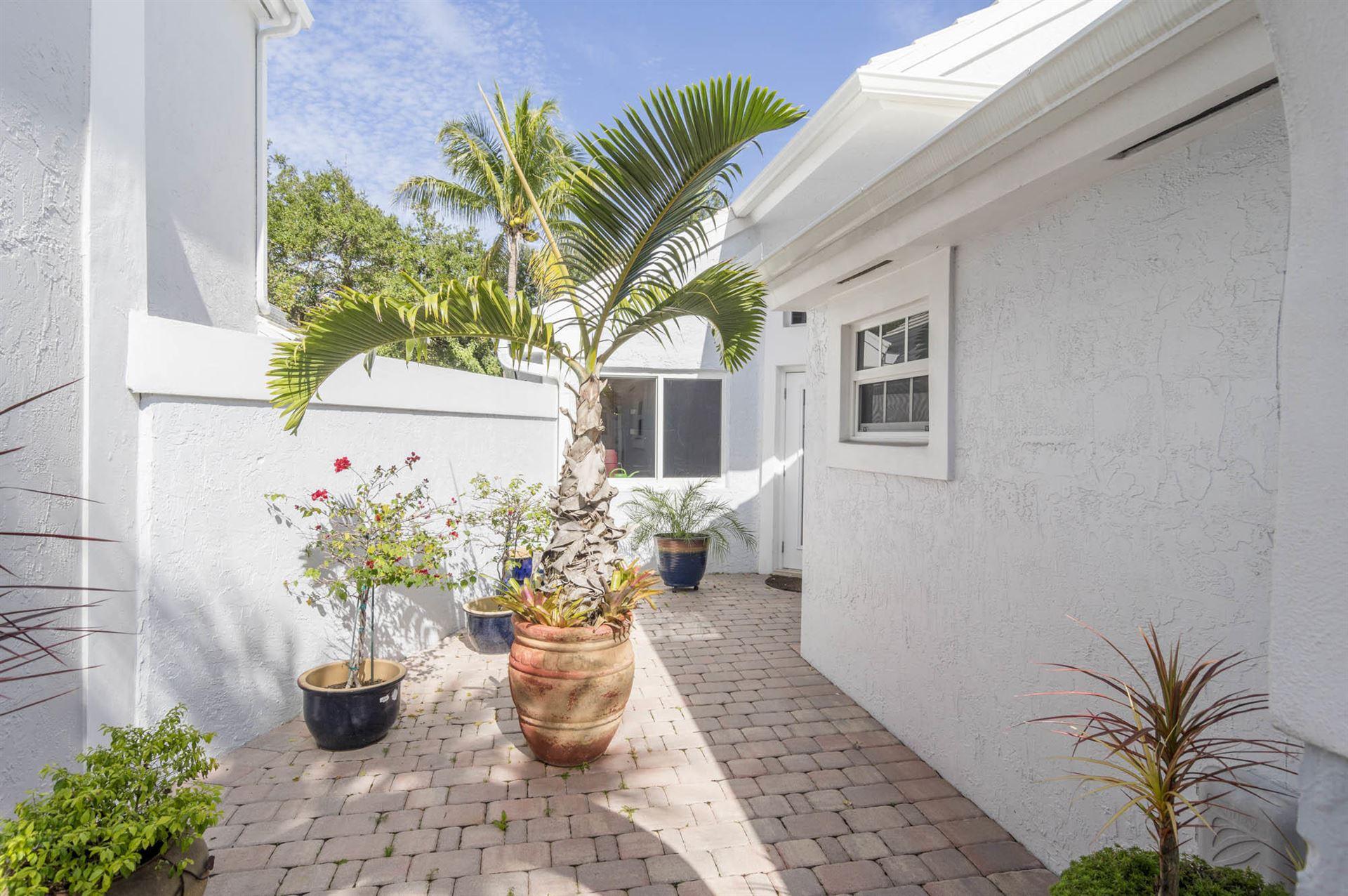 Photo of 2 Hampton Court, Palm Beach Gardens, FL 33418 (MLS # RX-10686504)